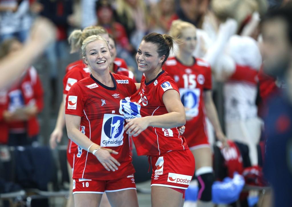 Stine Bredal Oftedal (t.v.) og Nora Mørk blir nøkkelspiller for Norge i kveldens skjebnekamp mot Spania. Foto: Vidar Ruud / NTB scanpix
