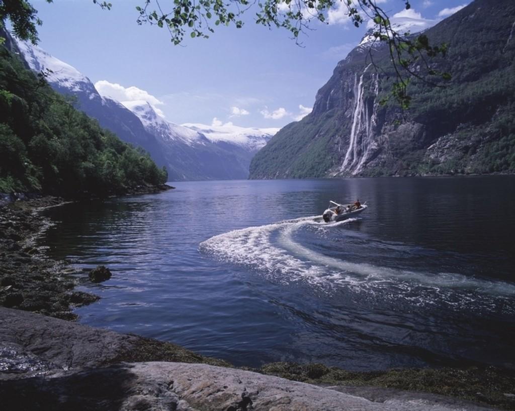 VERDENS BESTE: Mellom bakker og berg ut mot havet nord i Europa, ligger verdens beste land, i følge FN. Her representert ved Geirangerfjorden.