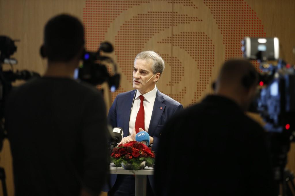 Arbeiderpartiets partileder Jonas Gahr Støre støtter ikke sin nestleder Hadia Tajik som vil forby religiøse hodeplagg for skolebarn.