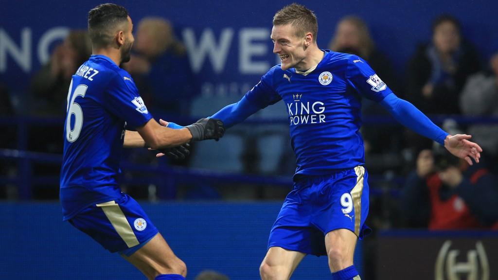 Leicester City's superduo Jamie Vardy og Riyad Mahrez feirer etter scoring hjemme mot Chelsea mandag kveld.