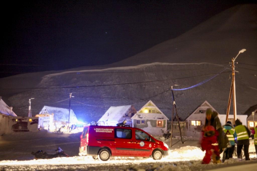 Bruddkanten på snøskredet som traff en rekke av de såkalte spisshusene i Longyearbyen er godt synlig. En person er omkommet, og flere er alvorlig skadd.