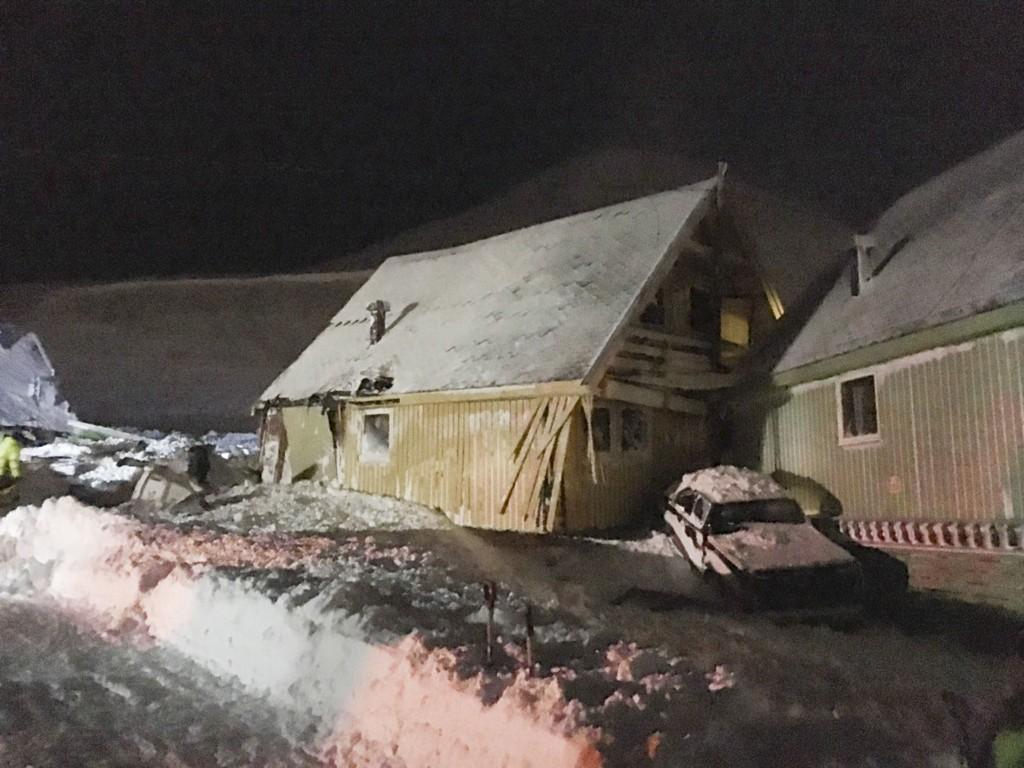 Longyearbyen 20150708. Flere hus er truffet av skred i Longyearbyen. Det er uklart om noen personer er tatt. Folk bes melde seg med spader. Foto: Tipser / NTB scanpix