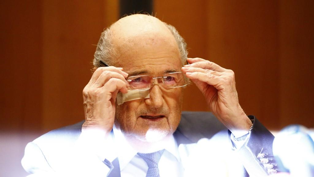 KONTROVERSIELL: Avtroppende FIFA-president Sepp Blatter møtte mandag pressen kort tid etter beskjeden om at han var utestengt fra all fotball i åtte år. – Jeg er fortsatt president, hevdet han.