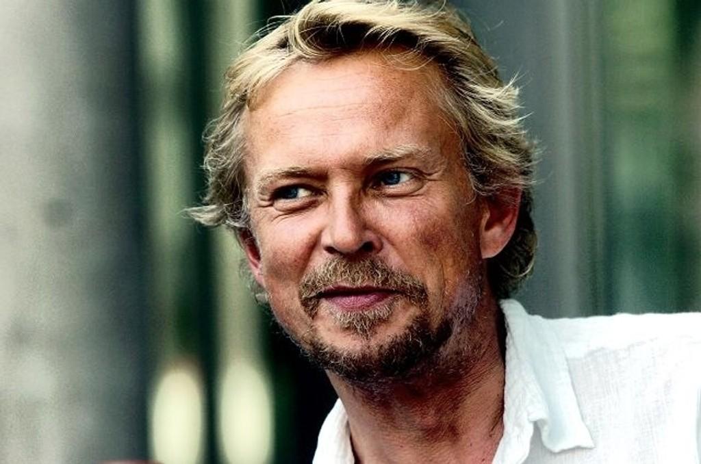 MÅ TREKKE SEG: Dennis Storhøi er sykemeldt og må trekke seg fra rollen i «Den glade enke».
