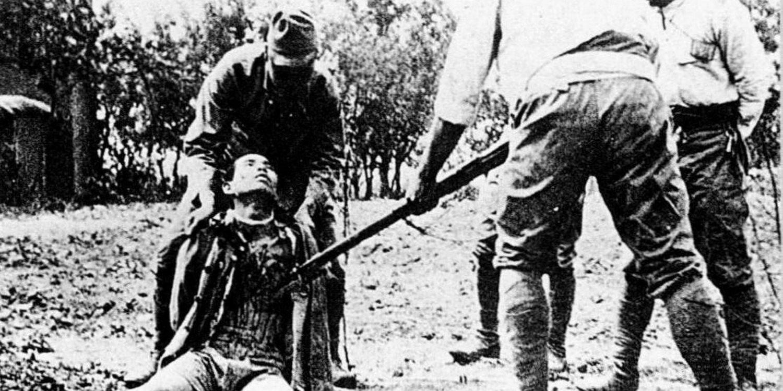I slutten av 1937 inntar japanske styrker den kinesiske regjeringsbyen Nanjing, og i løpet av seks uker slakter de nærmere 300.000 sivile og krigsfanger.