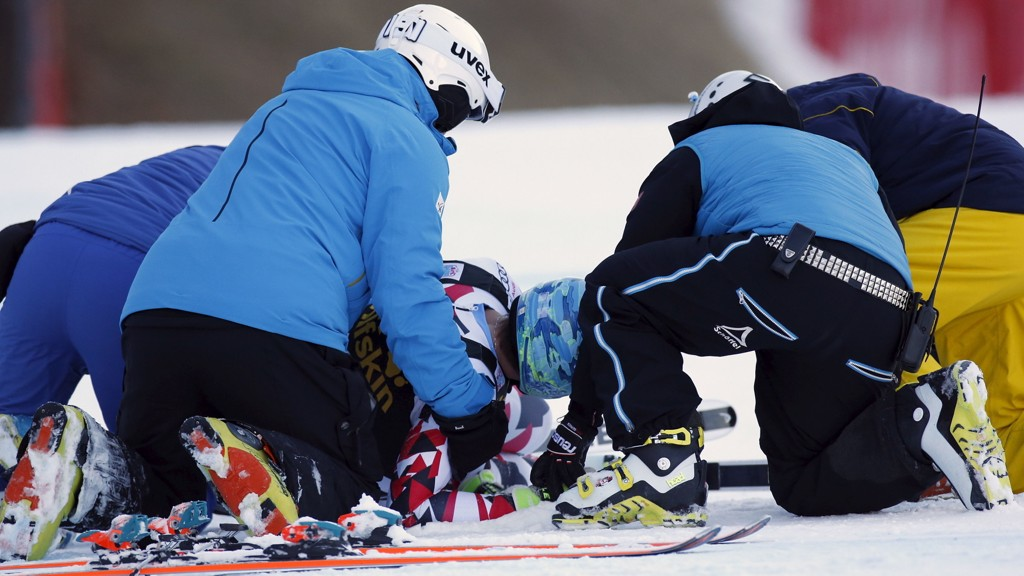 SKADD: Matthias Mayer får hjelp etter sitt stygge fall i Val Gardena.