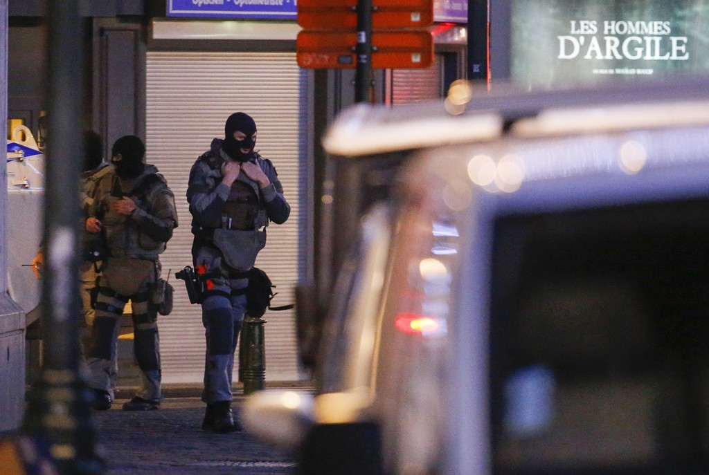 Belgisk politi pågrep søndag og mandag fram personer som kobles til terrorangrepene i Paris.