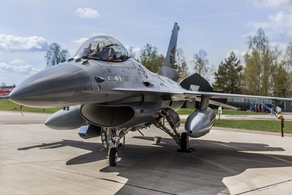 Norge er inne i en overgang fra F-16-fly til F-35, og det er problemer med sprekkdannelser i F-16-vingene, noe regjeringen mener gjør det problematisk å sende norske fly. Bildet viser et norsk F-16 fly.