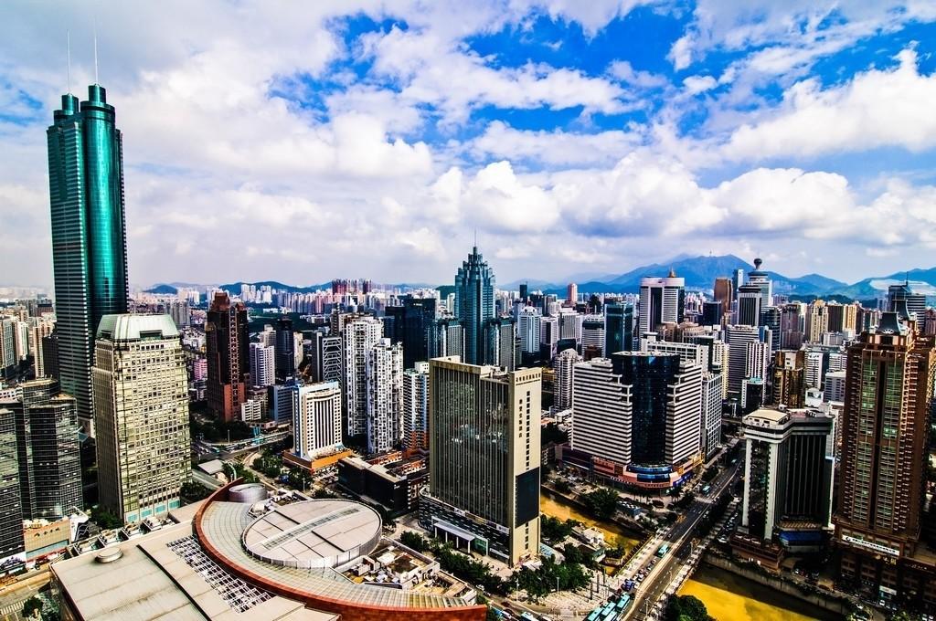 Hovedindeksen på børseni Shenzhen er opp nesten én prosent tirsdag. Oversikstfoto av forretningsstrøket i Shenzhen, Kina.