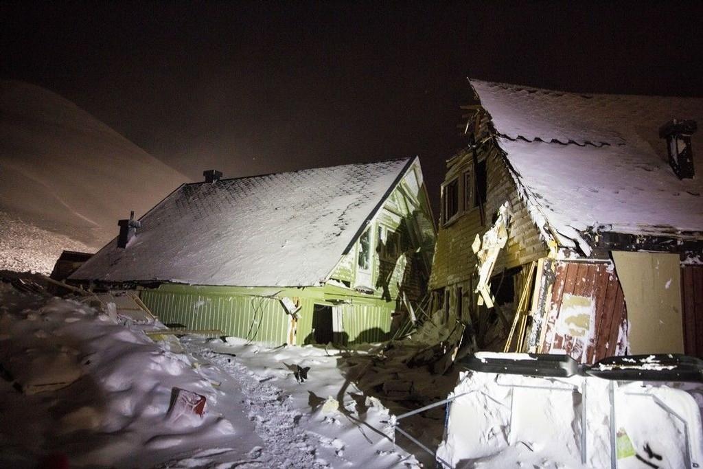 To personer mistet livet i skredet som rammet de såkalte spisshusene i Longyearbyen.