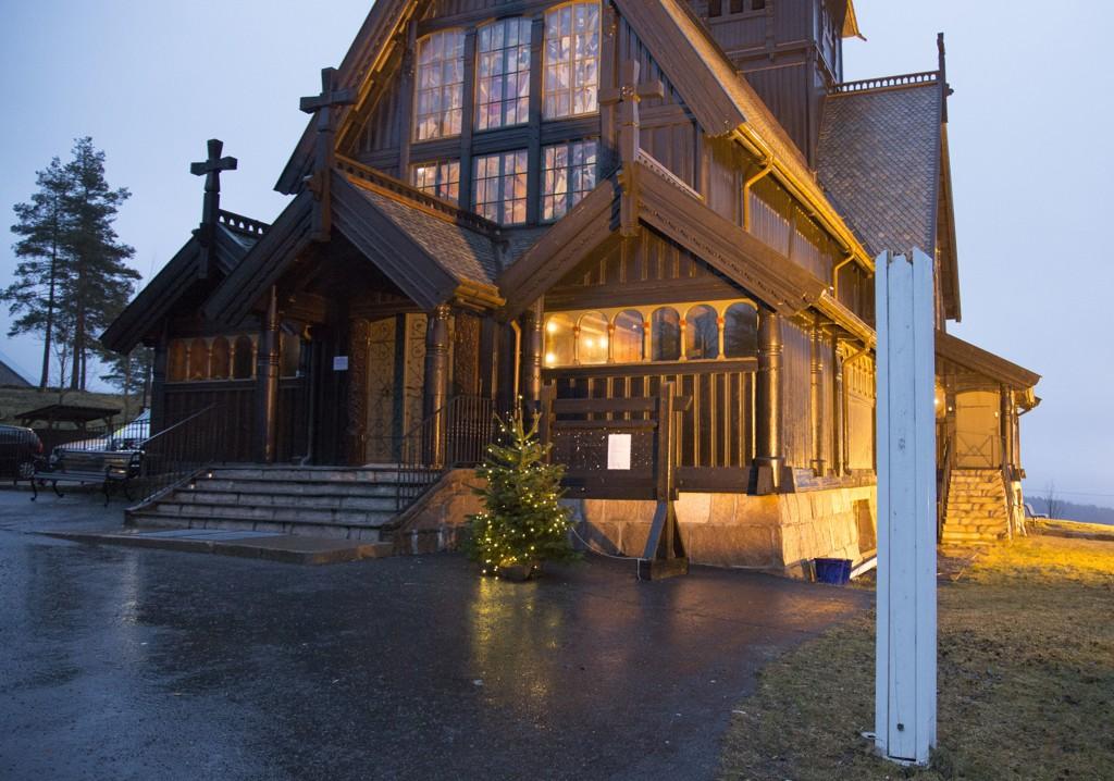 En kvinne mistet livet da en flaggstang brakk utenfor Holmenkollen kapell på julaften.