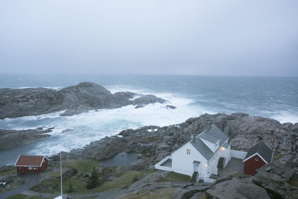 Slik så det ut ved Lindesnes fyr torsdag, med storm og orkan.