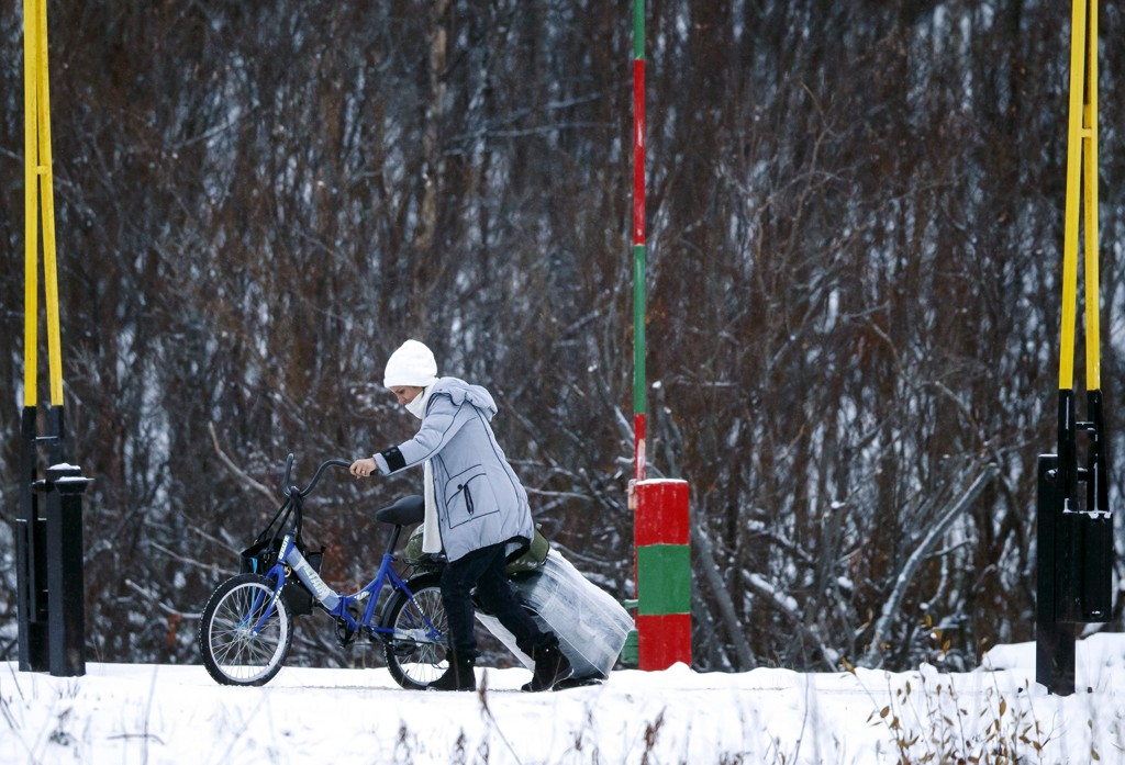 En kvinne passerte den norsk-russiske grensen på Storskog i Finnmark i november med sykkel og koffert.