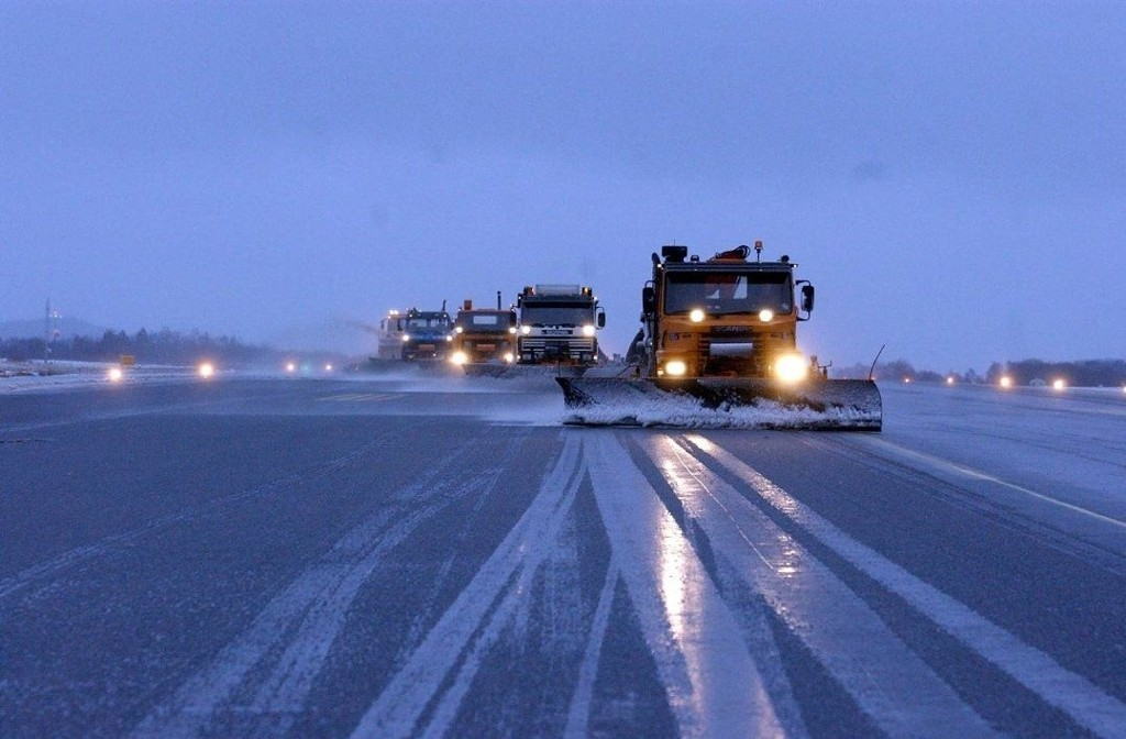 STENGT: Flesland Lufthavn i Bergen måtte stenge tredje juledag grunnet store snømengder. Dette bildet er fra en tidligere anledning.