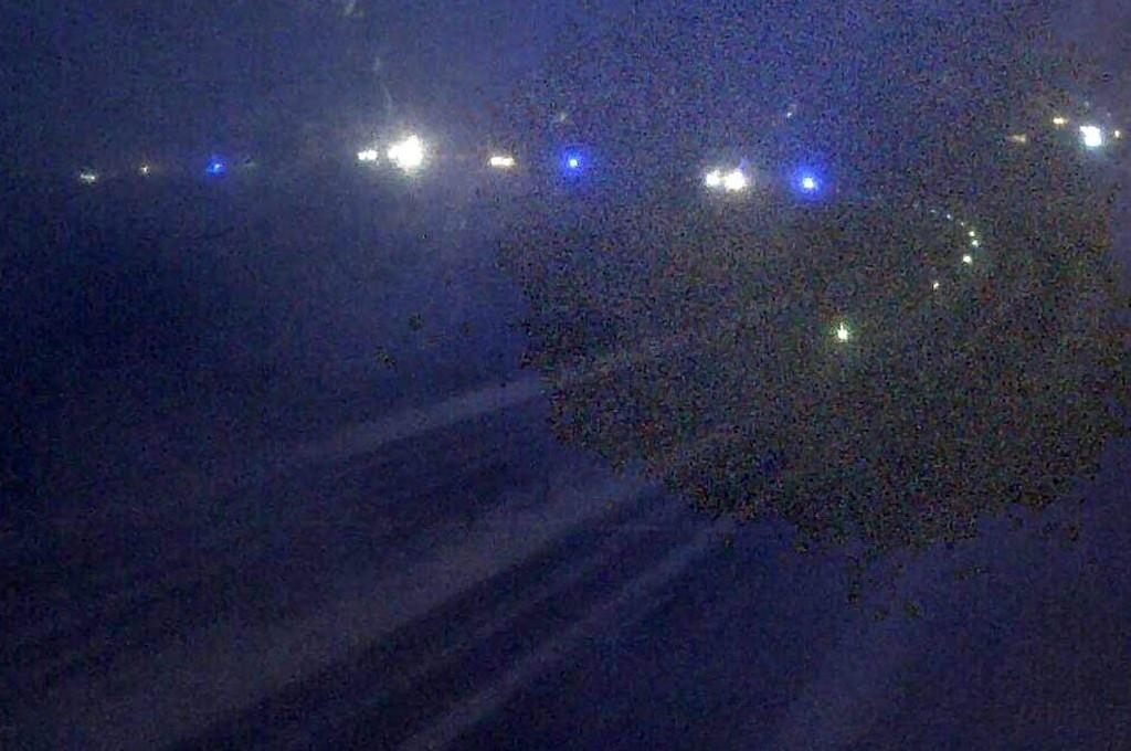 SLIK SER DET UT: Statens vegvesens kamera på Minnesundbrua (ser nordover) forteller om dårlig sikt, snøkledd E6 og blålys på den andre sida av brua.