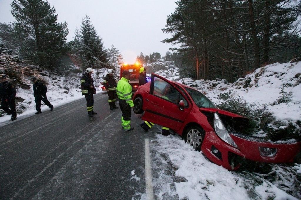 RETT I GRØFTEN: Denne bilen fikk en kraftig trøkk i møte med grøften. Politiet fikk melding om ulykken i Austevoll utenfor Bergen, klokken 14.47.