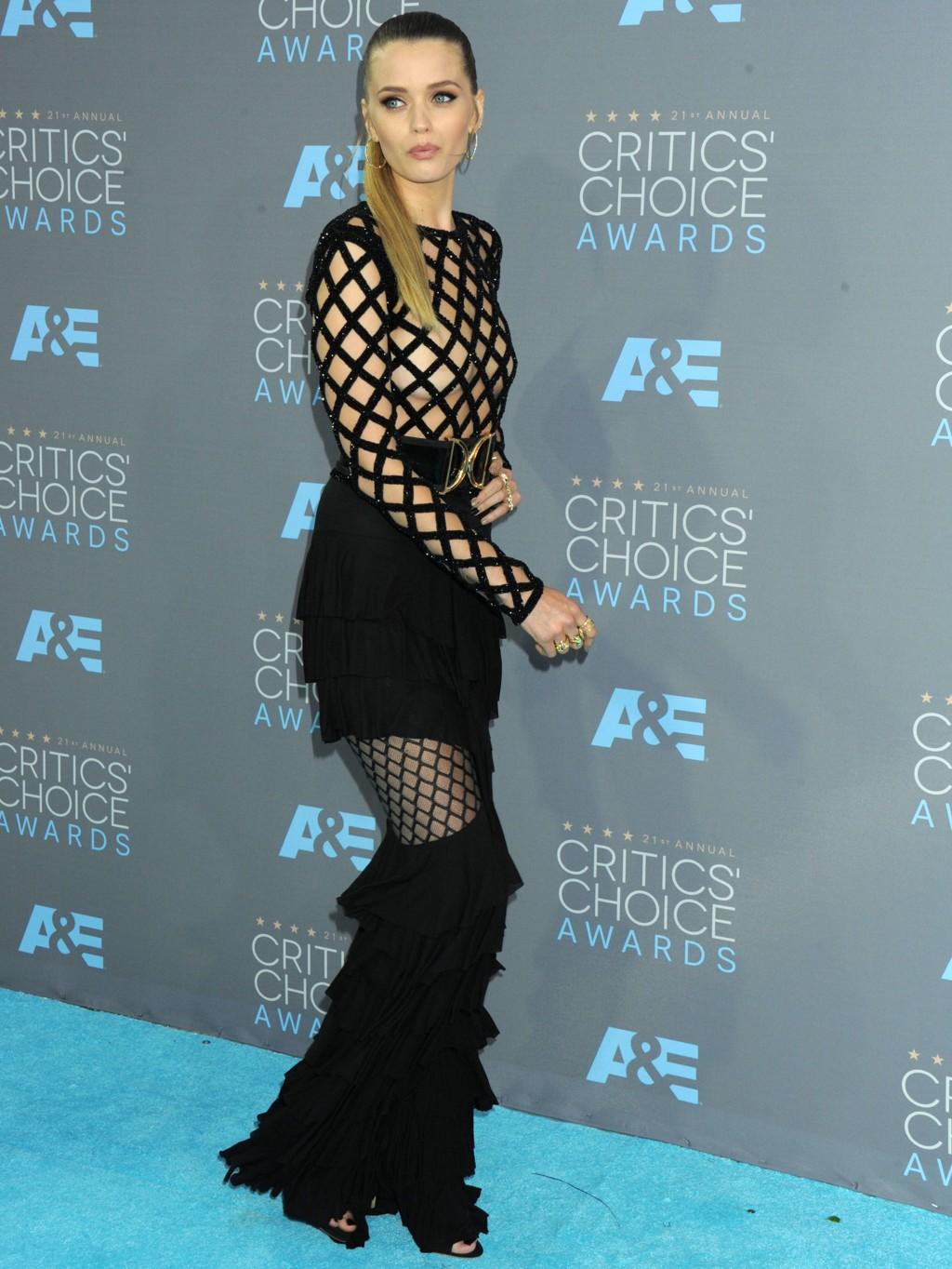 Abbey Lee Kershaw er smellvakker, men ikke engang hun klarte å bære dette nettinggjerdet med eleganse.