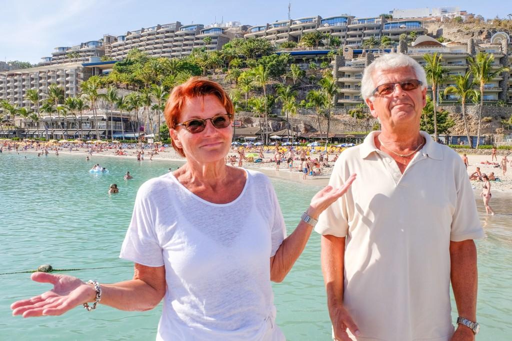 FORTVILER: Aud Dyrdal og ektemannen Arild Horrstad fikk et skambud fra selskapet Anfi del Mar da de forsøkte å selge sine timeshareandeler. Her står de foran timesharebygninger på Anfi-stranden på Gran Canaria.