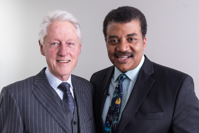 FOLKELIG FORSKER: Neil deGrasse Tyson er en av verdens mest kjente astrofysikere, og har som mål å gjøre vitenskap mer forståelig og tilgjengelig for folk. Her sammen med USAs tidligere president Bill Clinton i forbindelse med innspillingen av vitenskapsprogrammet Startalk.