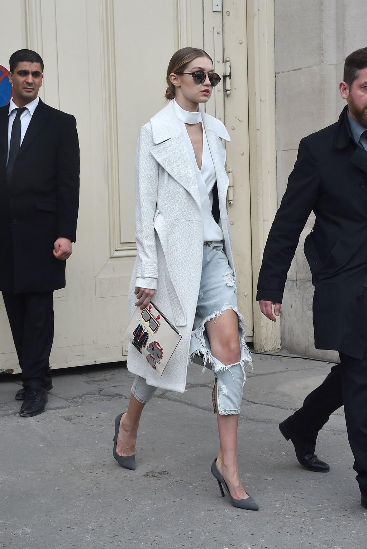 Gigi Hadid på vei ut fra Chanel-visningen i Paris.
