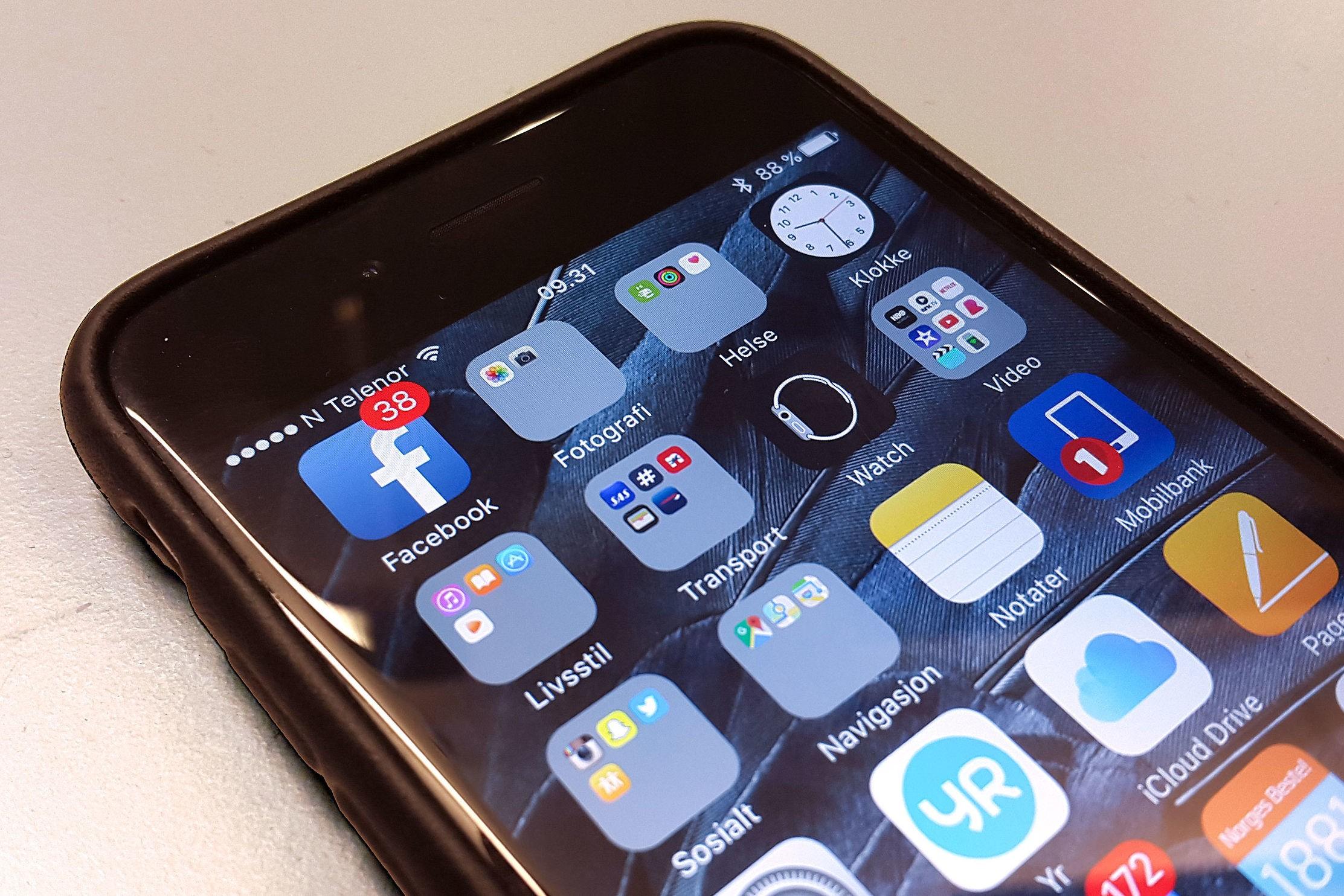 FACEBOOK: Facebook-appen er en av de mest brukte på vår iPhone. Den kan samtidig bruke opp så mye som halvparten av batteriet.