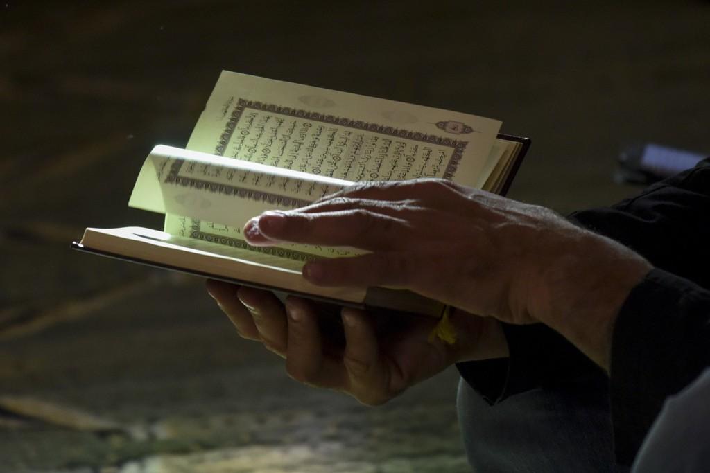 En mann leser Koranen i en Moské i Madrid.