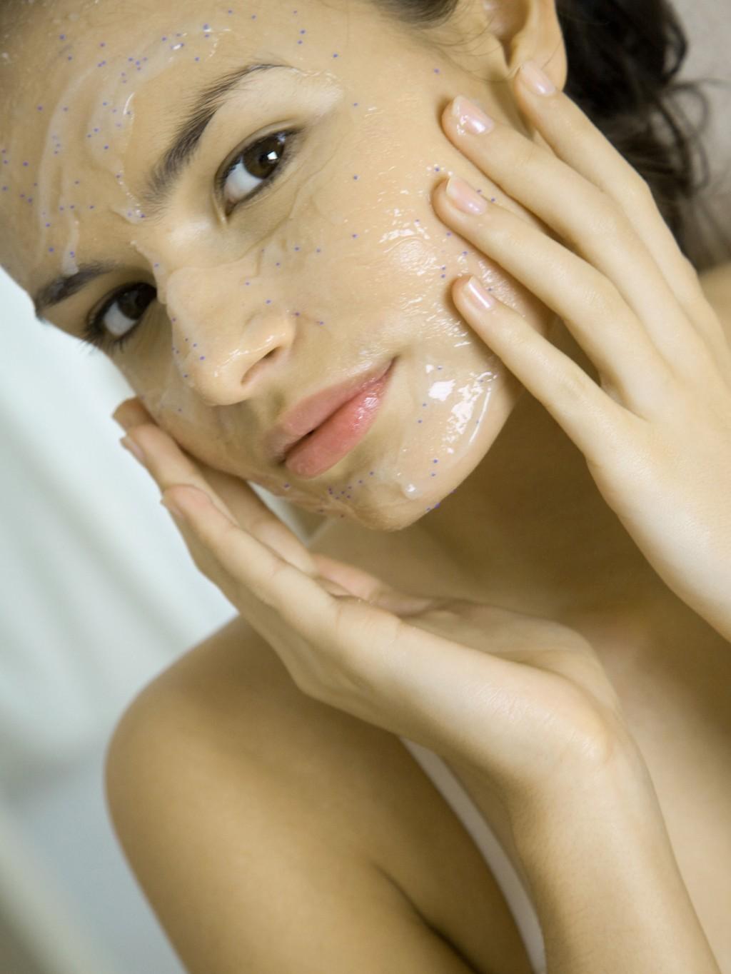 MIKROPLAST brukes i skjønnhetsprodukter som ansiktsskrubb, kroppsskrubb og såpe. Det er de små, blå kulene som sees på bildet som er mikroplast.