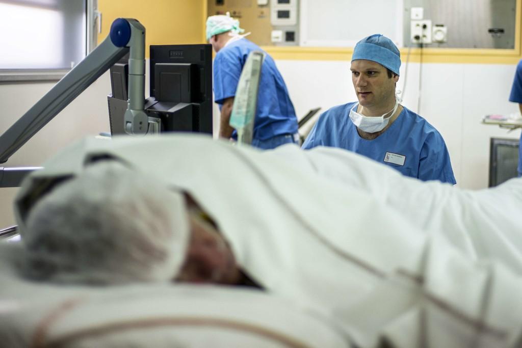 PROSTATAKREFT er den kreftformen som rammer flest menn, og flest totalt i Norge. Om lag 5000 menn fikk diagnosen prostatakreft i 2014. Om lag 1 av 8 menn vil få påvist prostatakreft i sin levetid, ifølge Kreftregisteret. Her blir en pasient operert for prostatakreft på Edouard Herriot-sykehuset i Lyon, Frankrike. Illustrasjonsbilde.