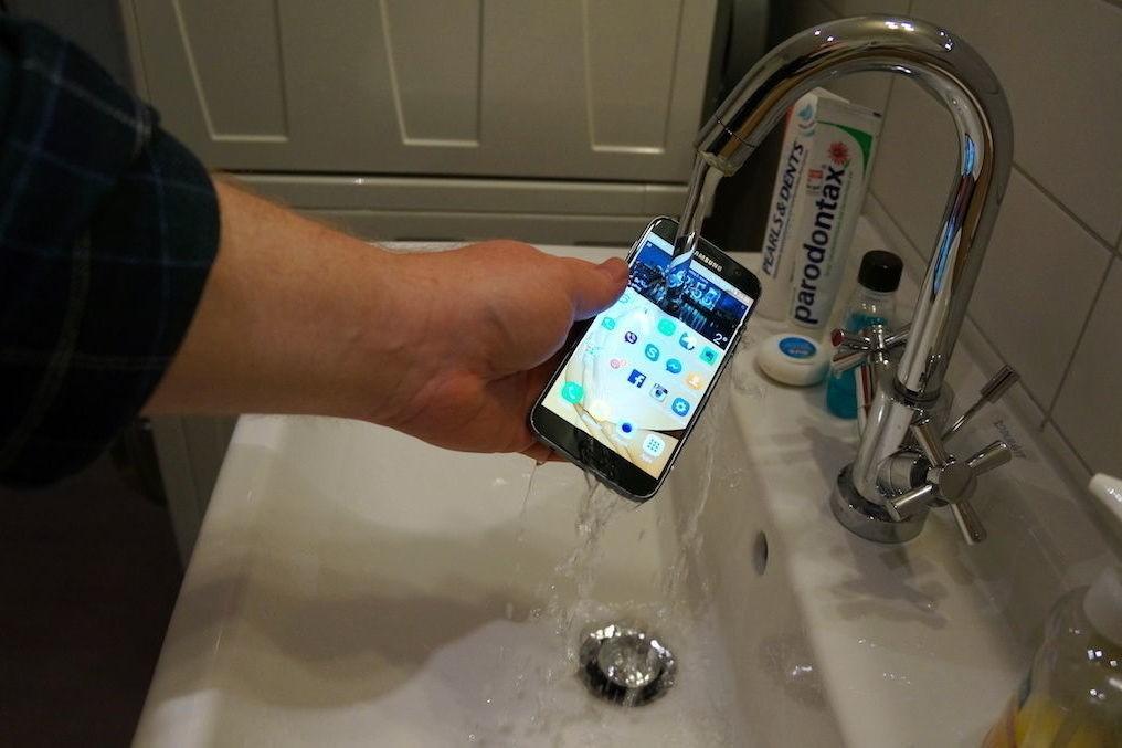 Ja, Samsung Galaxy S7 er vanntett. Vi har også testet det.