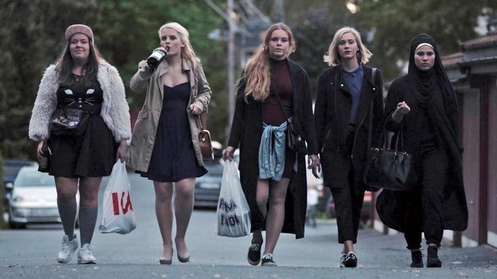 KLARE FOR FEST OG HOOKING: NRK-serien Skam handler om blant annet denne venninnegjengen som går på Hartvig Nissen videregående i Oslo. Serien er blitt svært populær og sendes på p3.no.
