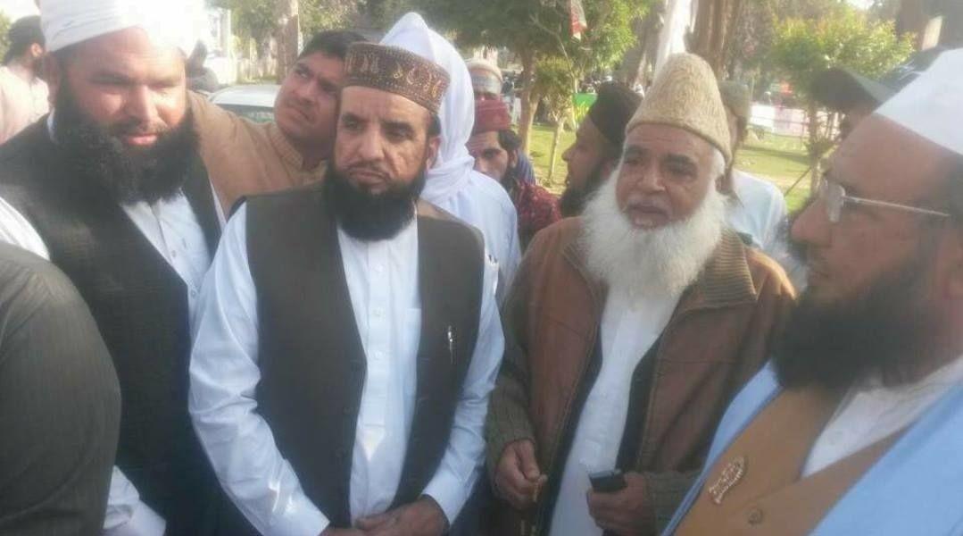 PÅ MINNEMARKERING: Imam ved Oslo-moskeen Central Jamaat Ahle-Sunnat, Nehmat Ali Shah (58) (i midten), skal i helgen ha deltatt på en minnemarkering for den henrettede terroristen Mumtaz Qadri. Foto: Facebook