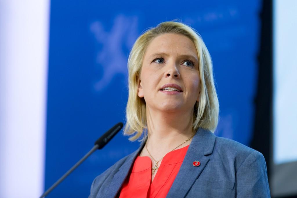 Innvandrings- og integreringsminister Sylvi Listhaug (Frp) sier hun er skuffet over Redd Barna i debatten om enslige mindreårige asylsøkere.