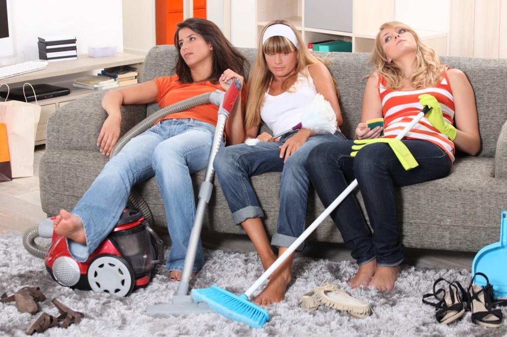 KJEDELIG: Husarbeid er ikke gøy for noen - men muligens en nødvendig plikt for unge for å lære seg det som også ikke er så moro.