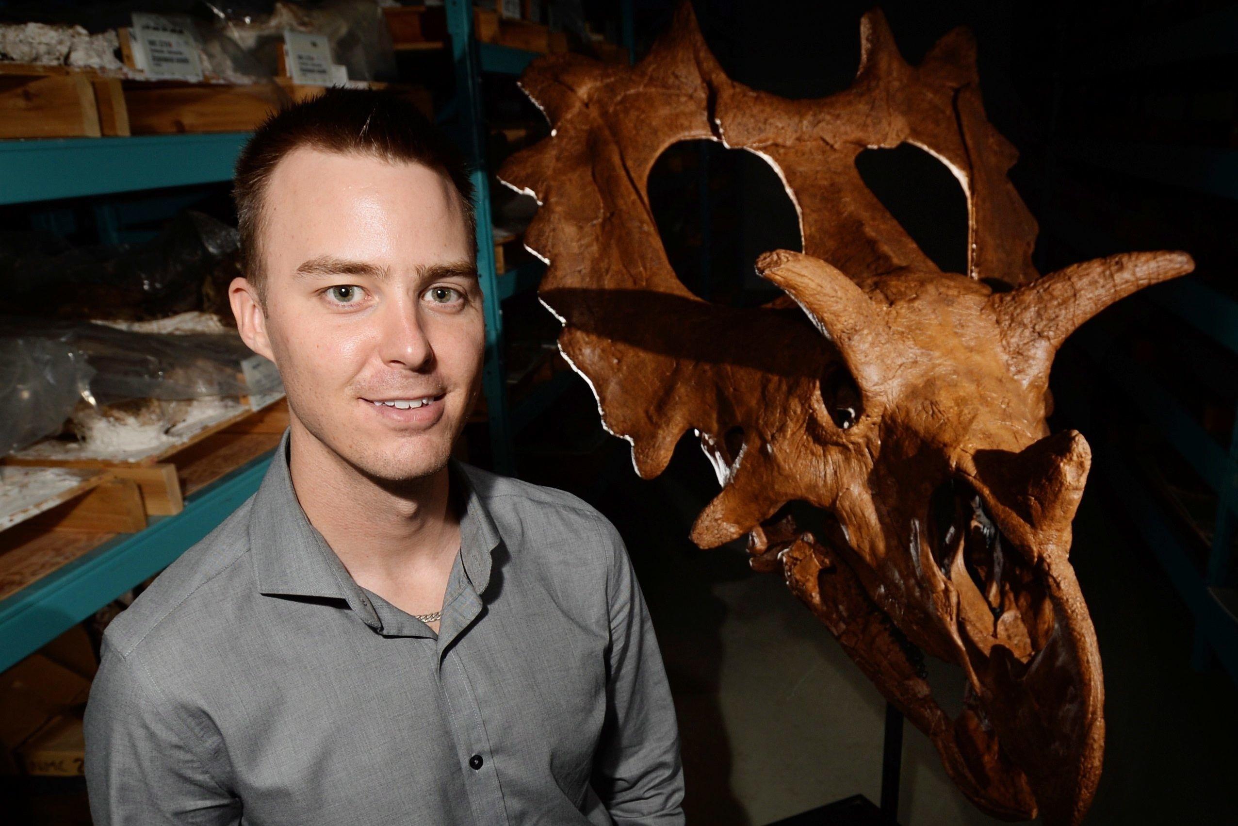 EN MODELL av den nye dinosaurarten er utstilt i det naturhistoriske museumet i Quebec i Canada. Paleontolog Jordan Mallon poserer i forgrunnen.