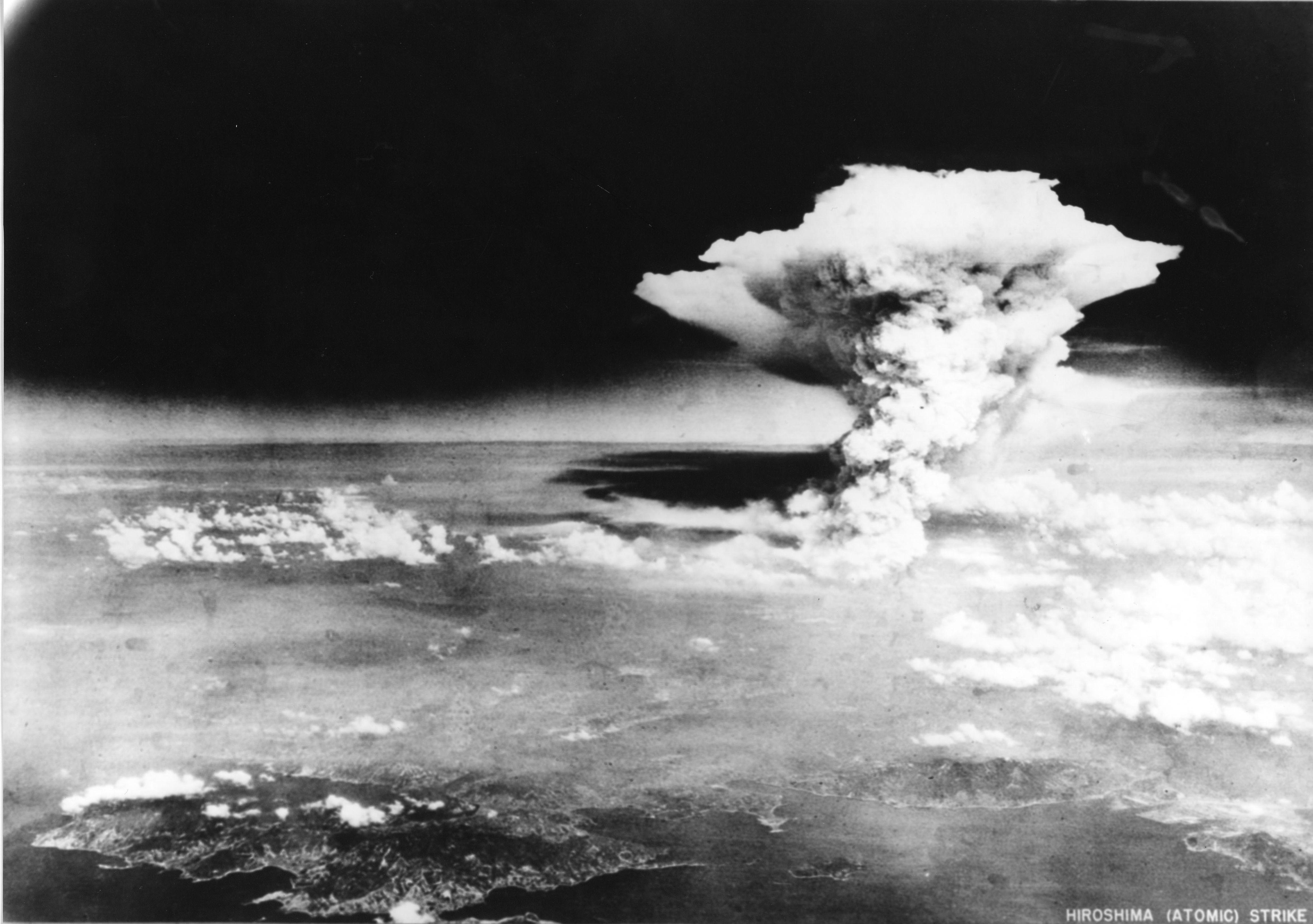 FALSKT: Legg merke til vannmerket nede til høyre i bildet. Det viser imidlertid noe helt annet enn soppskyen som oppstod etter at atombomben detonerte over Hiroshima i 1945.