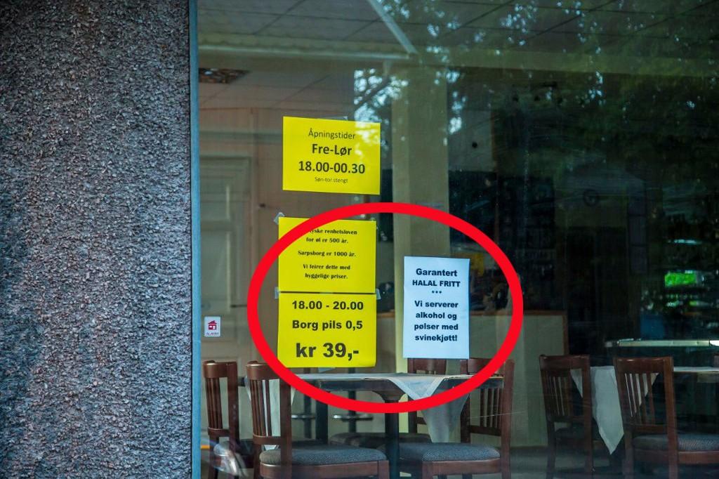 TYDELIG BUDSKAP: Uvisst av hvilken grunn informerer innehaveren av puben RB i Østre bydel at den er «halalfri». Foto: Vetle Granath Magelssen (Sarpsborg Arbeiderblad)