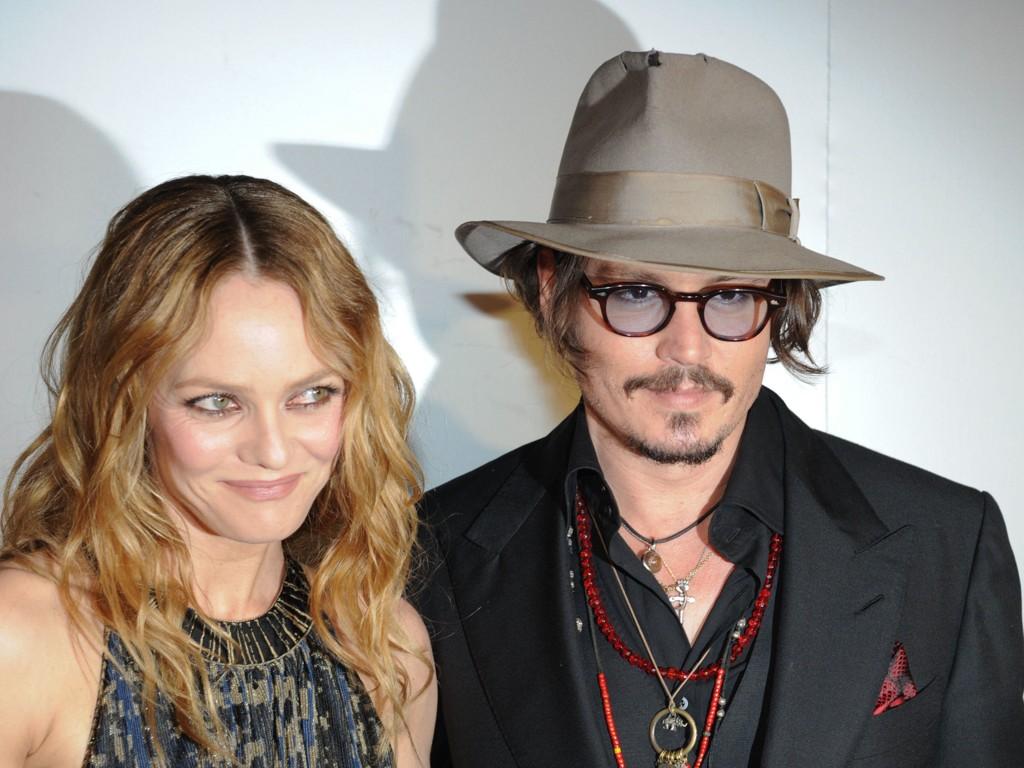 IKKE VOLDELIG MOT KVINNER: Johnny Depps eks-kone Lori Ann og hans samboer gjennom 14 år, Vanessa Paradis, har sagt at de ikke kjenner igjen Amber Heards beskyldninger om at han er voldelig.