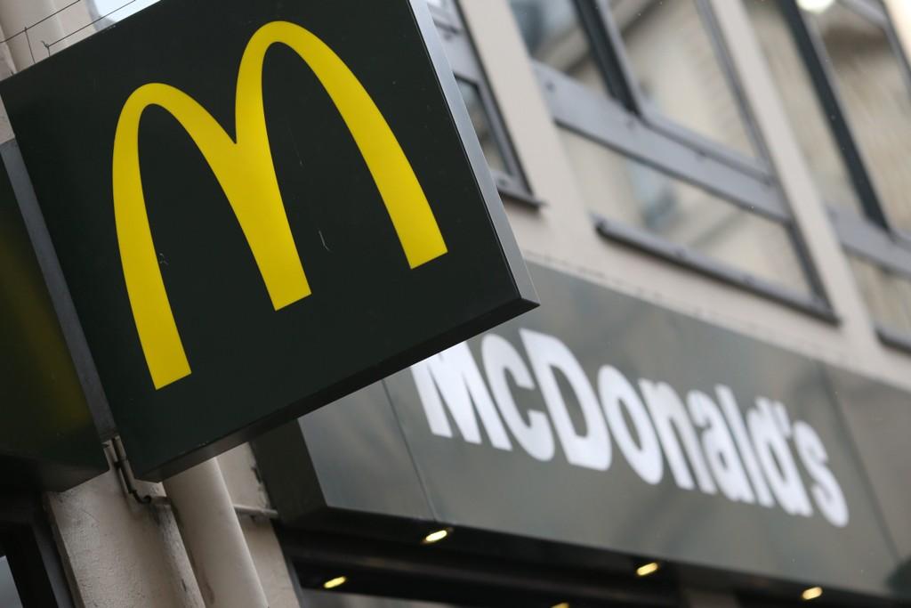 COCA-COLA: Mange mener Coca-Colaen på McDonalds smaker så mye bedre enn den colaen vi drikker hjemm, men hvorfor er det sånn?