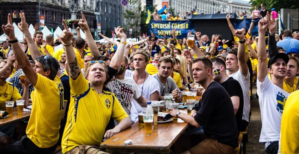 Svenskene under euro 2012. I år vinner de. Hvis musikken får bestemme.