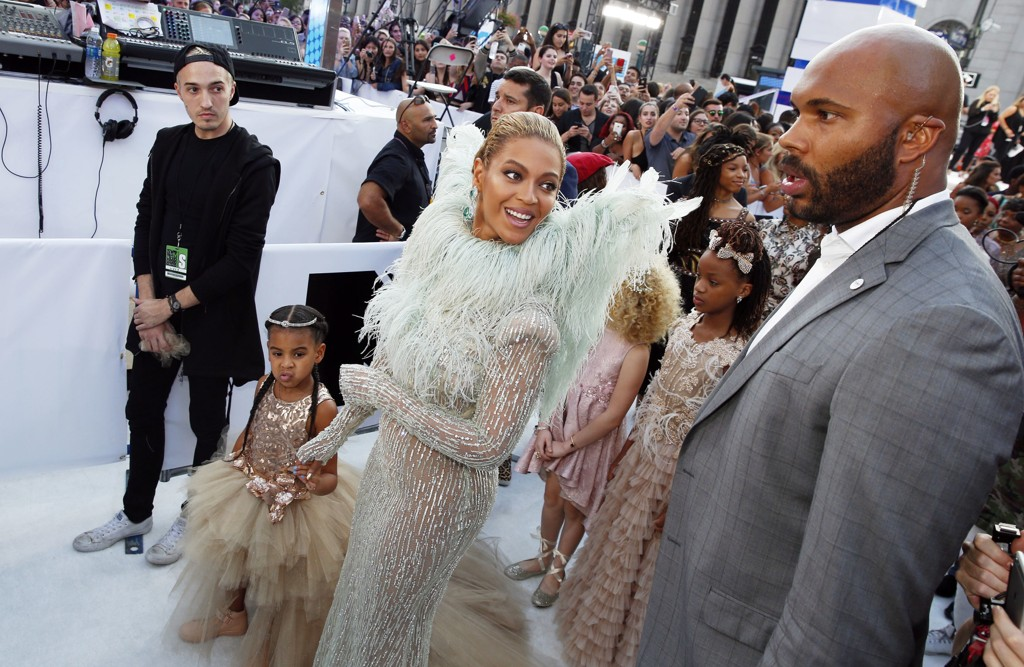 Beyonce ankommer MTV Video Music Awards i New York sammen med sin datter, Blue Ivy Carter.