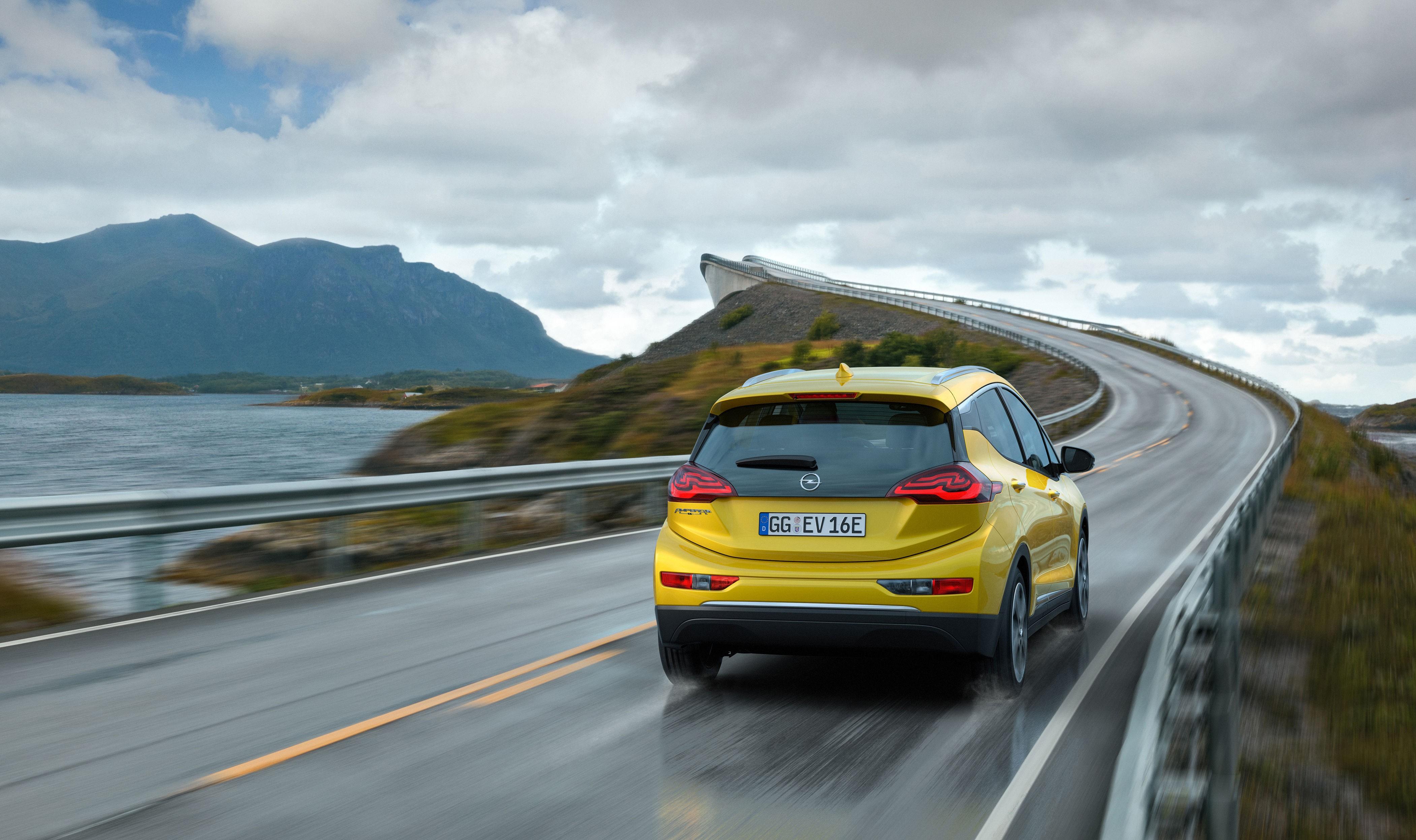 De offisielle pressebildene av nye Ampera-E er tatt på norske veier. Det er ikke tilfeldig. Britene har i dag fått beskjed om at de ikke engang vil få anledning til å kjøpe bilen.