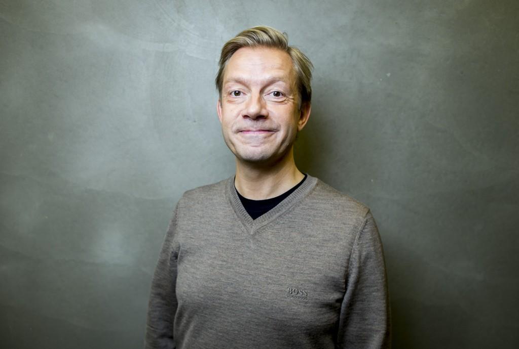GIFT: NRK-profil Bjarte Tjøstheim har giftet seg med samboeren Kristin Husebye.