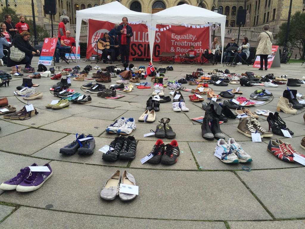 ME-AKSJONEN: Disse tomme skoene tilhører jenter og gutter, kvinner og menn, som ikke har krefter til å være til stede.