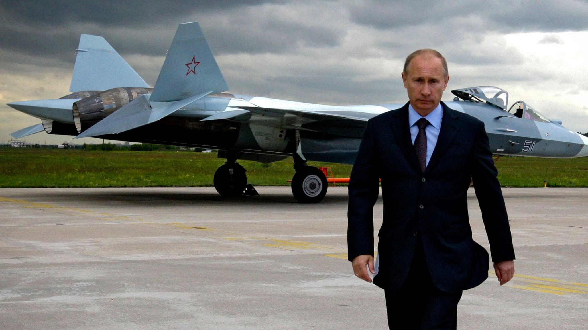 Vladimir Putin følger nøye med på utviklingen av det russiske kampflyet Sukhoi T-50.