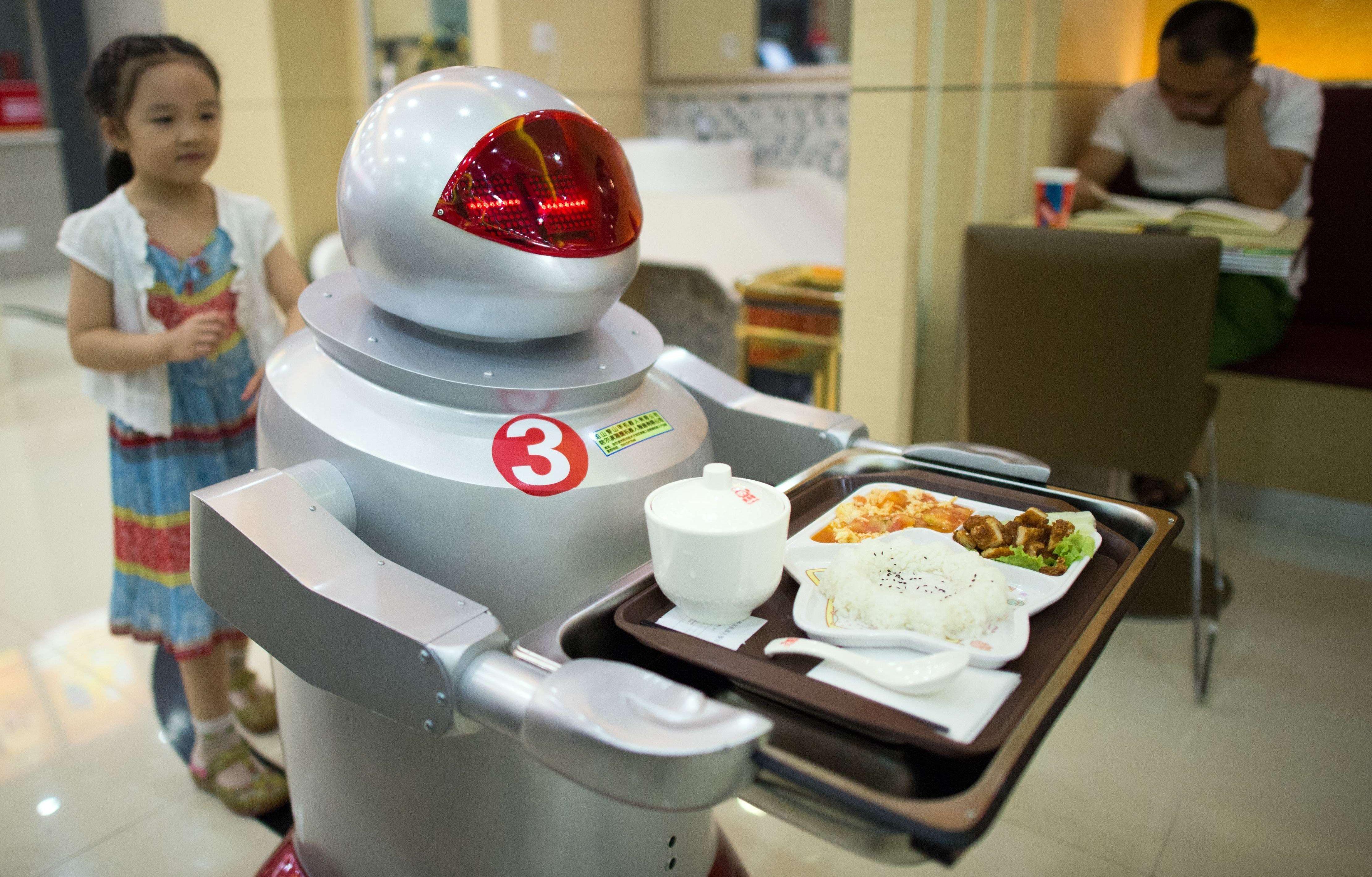 Roboter er i ferd med å ta over stadig flere jobber som tidligere bare mennesker kunne gjøre - alt fra å lage og servere mat, til å hjelpe med manikyr og å være lærer. Men hva skal alle menneskene da leve av?