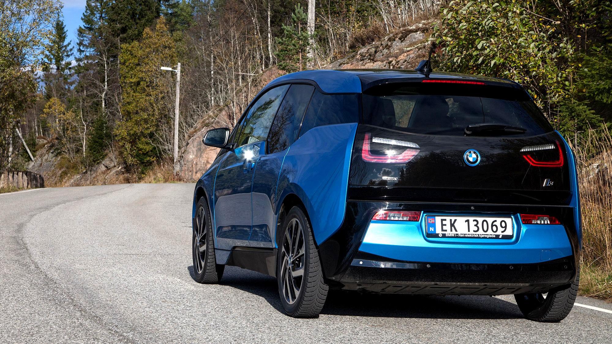 BMW i3: Elbilen BMW i3 med ny batteripakke skal ifølge reklamen holde i 30 mil før batteriet må lades igjen. Side3 har testet om det er praktisk mulig med den samme komforten og kjørehastigheten som i en fossilbil. Etter 16 mil var det stans.
