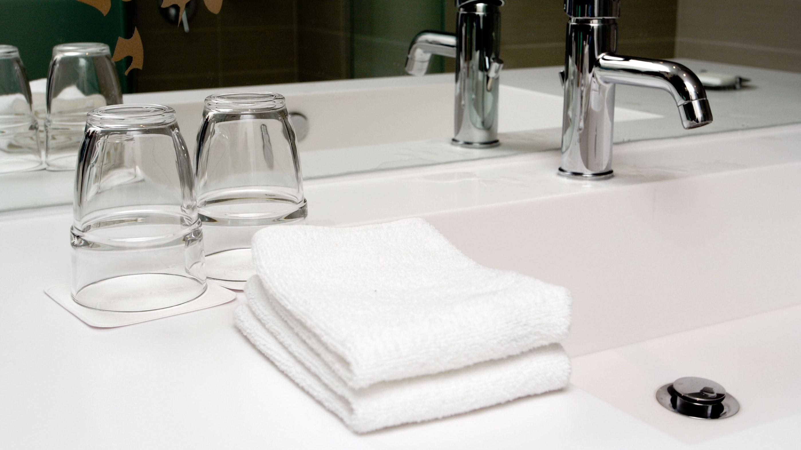 Er glassene på hotellbadet imponerende skinnende og lukter av sitron? Da bør du holde deg unna dem, anbefaler hotellansatte.