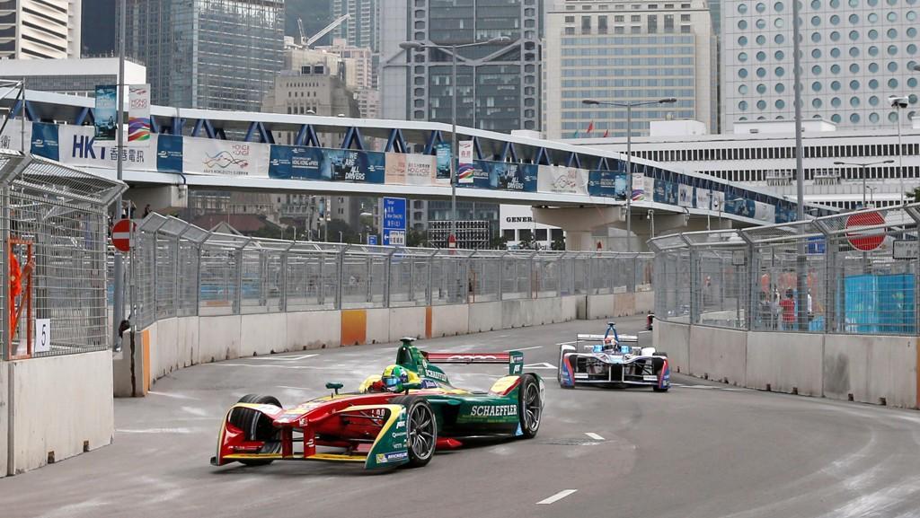 EL-BILER: Et skifte til el-biler vil ikke være nok til å stoppe etterspørselen etter fossilt drivstoff. Her er el-biler i aksjon under Formula E i Hong Kong. Racing-serien for el-biler er inne i sin tredje sesong.
