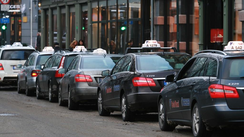 NOEN TJENER GODE PENGER: Det er 1780 taxier i Oslo. Noen tjener gode penger på at ikke flere får lov til å starte.