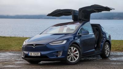 Signalfunksjon: Falkevingedørene til Model X gjør at bilen skiller seg ut i mengden. De er en en velsignelse og forbannelse.